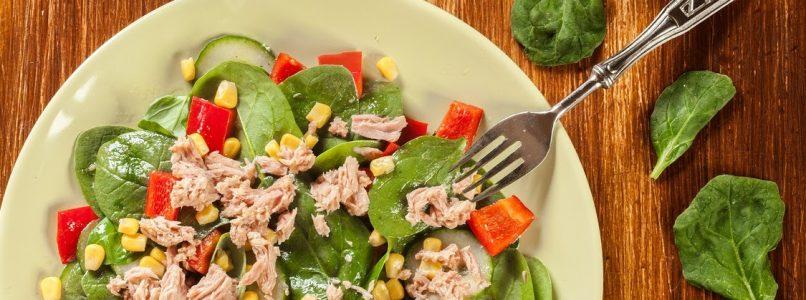 Insalata di spinacini, tonno, mais e peperoni